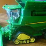 John Deere S690i model zabawka Britains 150x150 Case IH Optum 300 CVX – Traktor Roku 2017 w skali 1:32