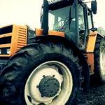 Renault traktor filmy rolnicze 150x150 Ewolucja maszyn użytkowych. Pojazdy ciężarowe, traktory i koparki – wczoraj i dziś