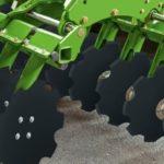 Amazone Catros 150x150 Crushboard osiąga silny efekt rozdrabniania i wyrównywania gleby.