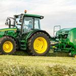 John Deere 5125R prasa F441M 150x150 Rolnictwo to pasja i biznes. Jak zaoszczędzić, inwestując w nowe maszyny?