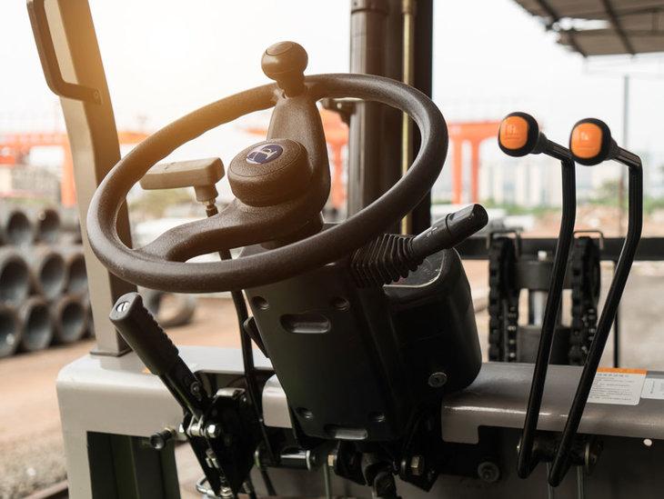 wnetrze wozka widlowego terenowego Wózek widłowy terenowy – niezawodna pomoc w Twoim gospodarstwie rolnym