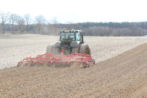1 Agregat MAX CS 6 podczas wiosennej uprawy pod siew buraka cukrowego Specjaliści UNII podpowiadają: odpowiednia uprawa przedsiewna podstawą wysokich plonów